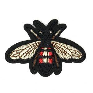 Biene mit rotem Mieder und hellen Flügeln Eisen auf Flecken