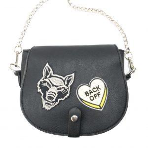 Bügelbild eines beige Wolfskopfes auf einer schwarzen Damentasche