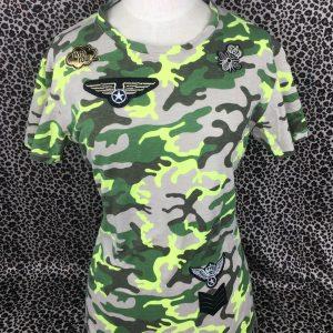 Drei schwarze mit goldenen Militärpatches und ein armeegrüner Emblem-Patch mit drei Streifen auf einem Tarn-T-Shirt